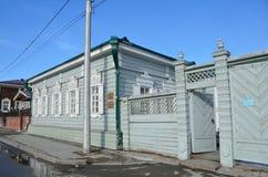 Irkutsk Ryssland, mars, 17, 2017 Huset av ` för sammansättning för folkkonst`-hantverk och andra byggnader i den 130. historiska  Royaltyfri Bild