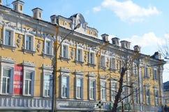 Irkutsk Ryssland, mars, 03, 2017 Mangårdsbyggnad av Pokholkov - Kravets i Irkutsk, 1875 år som byggs Arkivfoton