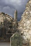 Irländare fördärvar på Glendalough, stenväggar, tombstomes och runda t Arkivfoto