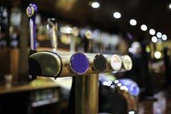 Irländsk bar med ölsurtidor royaltyfri foto