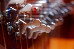 Irländsk closeup för harpamusikinstrument effekt för 50mm bakgrundsblur aktiverar sidan för nattnikkordeltagaren arkivbild