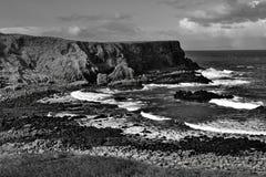 Irländsk coatline i svart & vit Arkivbild