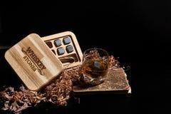 Irländsk Whiskey Exponeringsglas av whisky med wiskeystenar Elegant exponeringsglas av whisky med whiskystenar Skotsk whisky i arkivbilder