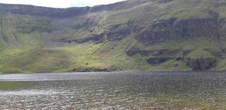 Irländskt berg och sjö arkivfoton