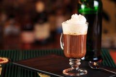 Irländskt kaffe i en stång Begrepp av St Patrick ferie Ferielodisar royaltyfri fotografi