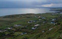 Irländskt landskap inom av nationalpark på den Ring Kerry vägen, Irel Royaltyfria Foton