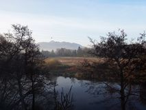 Irländskt landskap med floden och berg Royaltyfria Foton