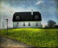 Irländskt traditionellt halmtäckt takhus Royaltyfri Foto