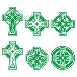 Irlandés, cruz verde céltica escocesa en la muestra blanca del vector