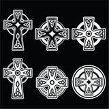 Irlandês, cruz branca celta escocesa no preto Fotos de Stock Royalty Free