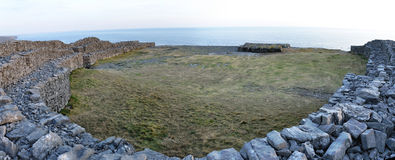 Irland Dun Aengus inom panorama Arkivfoto