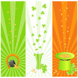 Irland-Fahnen mit Symbolen Tages des Str.-Patrick Stockfotos