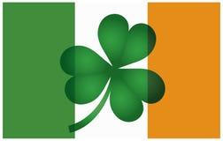 Irland-Flagge mit Shamrock-Abbildung Stockfotos