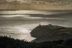 Irland-Küste mit Leuchtturm im Hintergrund stockfoto
