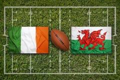 Irland vs ScotlandIreland vs Wales flaggor på rugbyfält Fotografering för Bildbyråer
