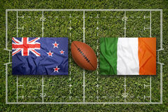 Irland vs ScotlandNew Själland vs Irland flaggor på rugbyfie Royaltyfri Fotografi