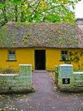 irlanda Cabaña amarilla rural Fotos de archivo libres de regalías