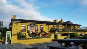 Irlanda - 30 de novembro de 2017: Ideia bonita do ` s da Irlanda a maioria de bar famoso do castelo e do irlandês no condado Clar filme