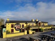 Irlanda - 30 de noviembre de 2017: Hermosa vista del ` s de Irlanda la mayoría del castillo famoso y del Pub irlandés en el conda imagen de archivo libre de regalías
