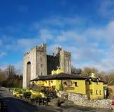 Irlanda - 30 de noviembre de 2017: Hermosa vista del ` s de Irlanda la mayoría del castillo famoso y del Pub irlandés en el conda fotografía de archivo libre de regalías