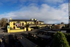 Irlanda - 30 de noviembre de 2017: Hermosa vista del ` s de Irlanda la mayoría del castillo famoso y del Pub irlandés en el conda foto de archivo