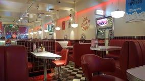 Irlanda Ed alcanza gran altura rápida y súbitamente el restaurante americano del perrito caliente retro imagenes de archivo