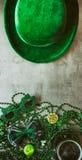 Irlandczyk: Wakacyjnego przyjęcia tło Z Zielonym piwem Zdjęcie Stock