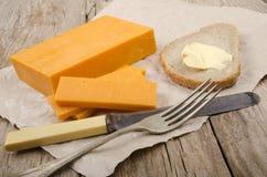 Irlandczyka cheddaru dojrzały ser na papierze Zdjęcie Stock