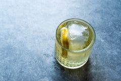 Irlandese Ale Cocktail con Ginger Beer, il limone ed il ghiaccio immagini stock