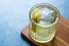 Irlandese Ale Cocktail con Ginger Beer, il limone ed il ghiaccio fotografia stock