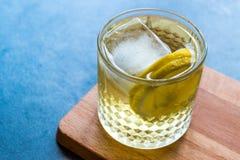Irlandese Ale Cocktail con Ginger Beer, il limone ed il ghiaccio fotografie stock