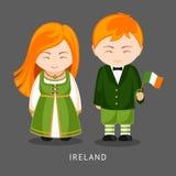 Irlandese in vestito nazionale con una bandiera royalty illustrazione gratis