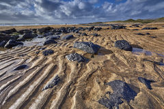 Irlandia, Fanore plaża z intensywnym pomarańczowym piaskiem i czernią Obraz Stock