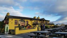 Irlandia, Nov - 30th 2017: Piękny widok Irlandia ` s sławny kasztel i irlandczyka pub w okręgu administracyjnym Clare zbiory