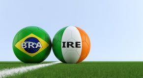 Irlandia vs Brazylia mecz piłkarski - piłek nożnych piłki w Irlandia i Brazylia krajowych kolorach na boisko do piłki nożnej Royalty Ilustracja