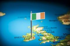 Irlandia zaznaczał z flagą na mapie obraz royalty free