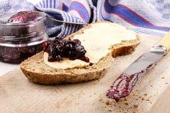Irlandzki sodowany chleb z blackcurrant marmoladowym na drewnianym talerzu fotografia royalty free