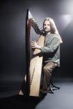 Irländsk harpaspelare Musikerharpist Arkivbilder