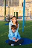 Irmã e irmão nos mesmos casacos azuis Fotografia de Stock