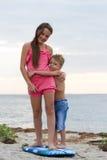 Irmã e irmão que abraçam-se Fotos de Stock