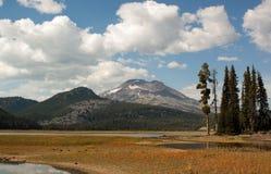 Irmã e lago sul Fotos de Stock