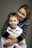 A irmã e o irmão estão felizes junto Fotos de Stock