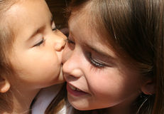 Irmã grande, irmã pequena. Foto de Stock