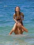 Irmã irritada do sustento do irmão em seu ombro Imagem de Stock