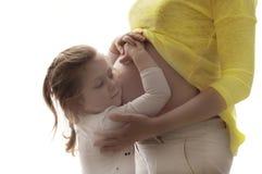 Irmã loving - bebê que espera sua irmã Foto de Stock Royalty Free