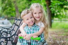A irmã mais idosa abraça seu irmão mais novo Imagem de Stock