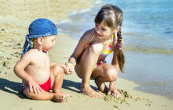 A irmã mais idosa e o irmão mais novo no litoral olham se, Foto de Stock Royalty Free