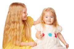 Irmã mais idosa que afaga a cabeça uma irmã mais nova Imagem de Stock Royalty Free
