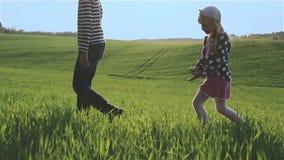 A irmã mais nova e o irmão estão atravessando um prado verde em sucessão filme