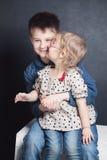 Irmã que beija o irmão Foto de Stock Royalty Free
